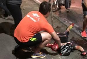 Ciclista esfaqueado na Lagoa recebe os primeiros socorros Foto: Enviada para o WhatsApp do Globo