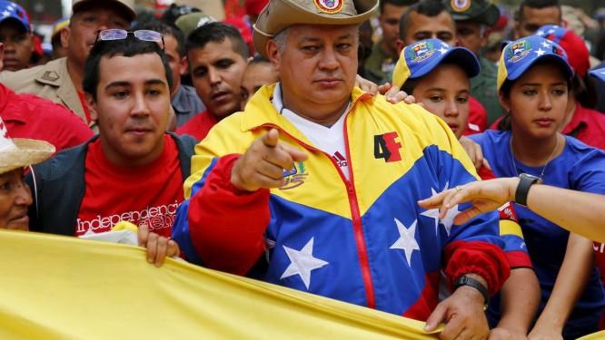 Diosdado Cabello (centro), durante marcha em Caracas na última sexta-feira. Presidente da Assembleia Nacional venezuelana desafiou acusadores a apresentarem provas de seu envolvimento com o narcotráfico Foto: JORGE SILVA / REUTERS