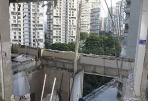 Com o impacto da explosão de segunda-feira, os pisos da cozinha de dois apartamentos cederam Foto: Marcelo Carnaval / Agência O Globo