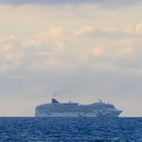 O navio Norwegian Dawn encalhou num recife de coral perto do Canal Norte de Bermudas Foto: Akil Simmons / AP