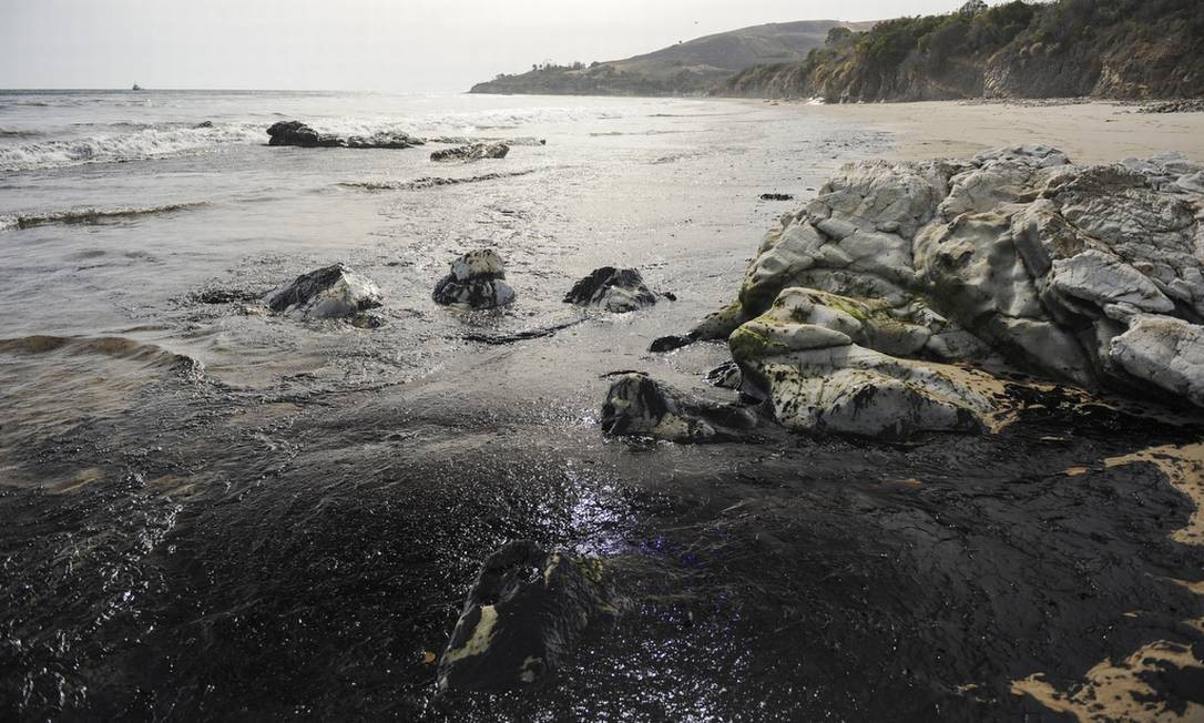 Vazamento de óleo atingiu uma área de seis quilômetros na costa de Santa Barbara, na Califórnia Foto: Kenneth Song / AP