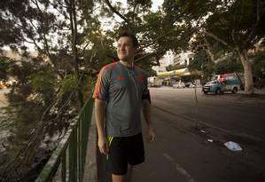 O médico Roberto Oberg volta ao local onde socorreu Jaime Gold. Ao fundo, um veículo da PM Foto: Márcia Foletto / O Globo