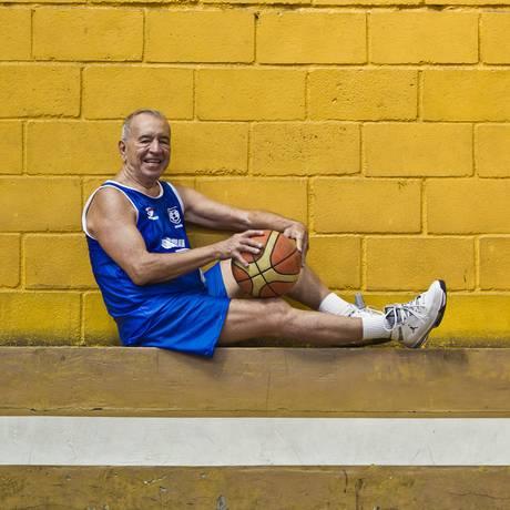Sebastião Lima, o Tião Sapo, de 85 anos, é considerado o jogador de basquete mais velhor do Estado do Rio de Janeiro Foto: Guilherme Leporace / Agência O Globo