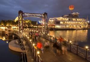 Pedestres. Nova ponte liga atrações do Downtown Disney Foto: David Roark / David Roark/Divulgação