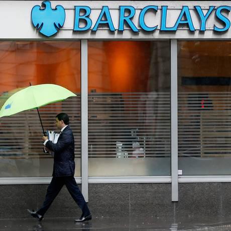 Homem passa em frente a agência do Barclays em Londres Foto: STEFAN WERMUTH/8-5-2014 / REUTERS