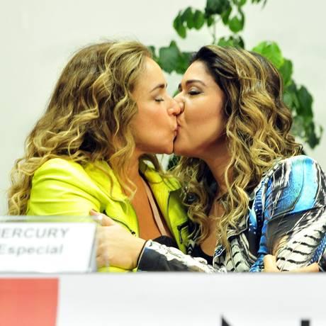 Daniela selou a participação no evento com um beijo na mulher, a jornalista Malu Verçosa Foto: Gabriela Korossy / Agência Câmara