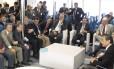 O primeiro-ministro chinês, Li Keqiang, conversa com empresários na barca Pão de Açúcar, ao lado do governador Luiz Fernando Pezão e do ministro de Relações Exteriores, Mauro Vieira.