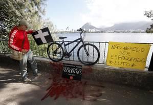 Fundado da ONG Rio de Paz protesto no local onde médico foi assassinado: cartaz lembra os números da violência no Rio Foto: Domingos Peixoto / Agência O Globo