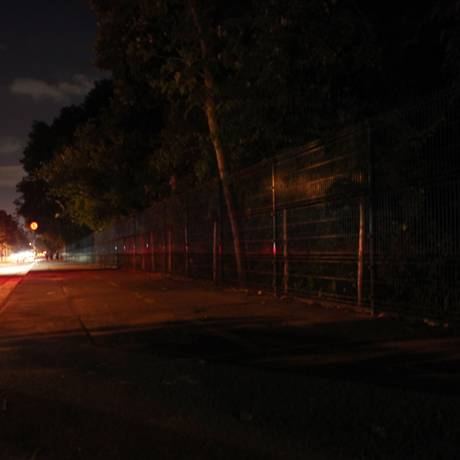 Breu. Ciclovia da Via 9, como é chamada, sofre com a escuridão Foto: Angelo Antônio Duarte / Agência O Globo