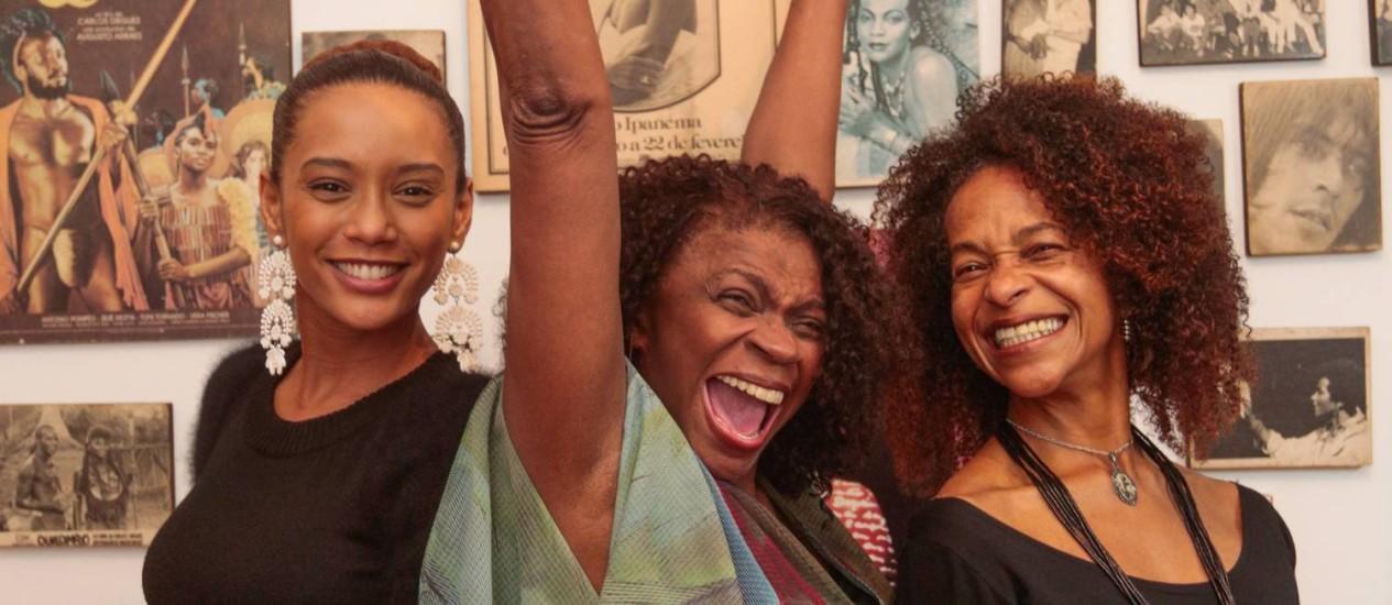 As atrizes Taís Araújo e Zezé Motta, que viveram a personagem na ficção, e a coreógrafa Carmen Luz, que assina o espetáculo de dança Foto: O Globo / Pedro Kirilos