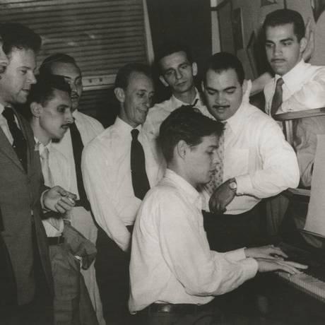 Tom Jobim com Billy Blanco e os integrantes do grupo Os Cariocas em ensaio da 'Sinfonia do Rio de Janeiro' Foto: Acervo Jobim Music / Divulgação