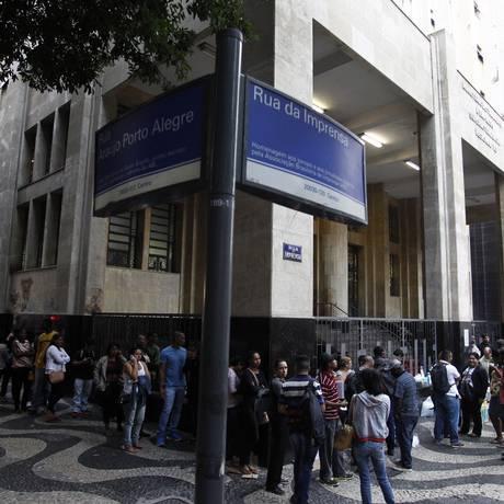 Dobrando o quarteirão. Mal o dia amanhece, centenas de desempregados já esperam na porta do Ministério do Trabalho, no Centro do Rio, para tentar marcar o requerimento do benefício Foto: Agência O Globo / Thiago Lontra