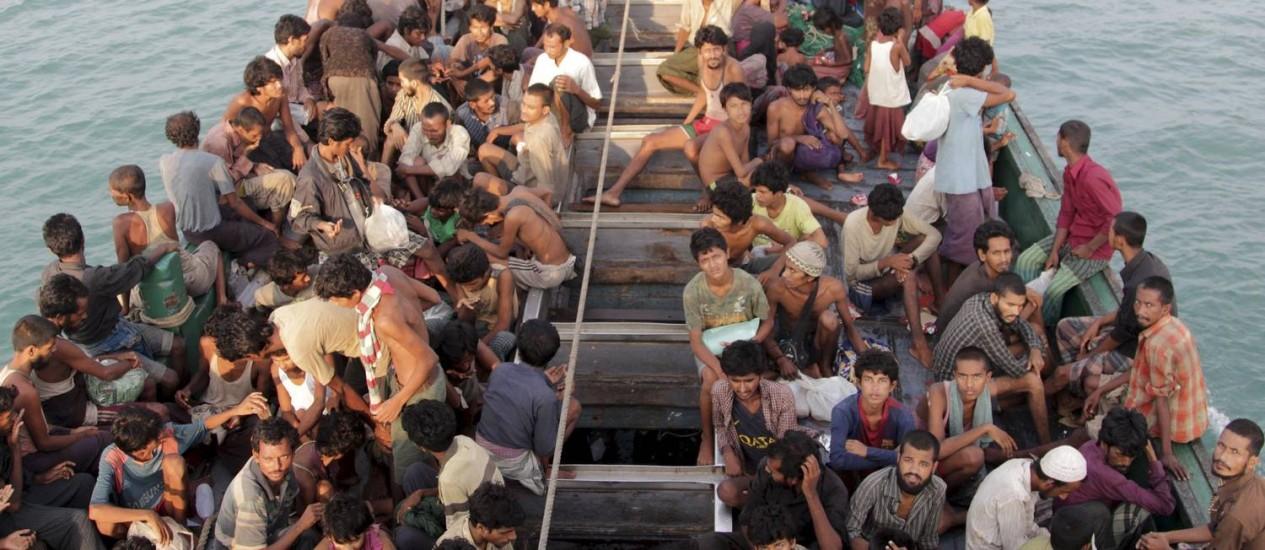 Migrantes à deriva no Mar de Andaman esperam para serem transportados para a província de Aceh, na Indonésia. EUA concordaram em receber rohigyas e pretendem fazer com que Mianmar cooper com Bangladesh na ajuda a refugiados Foto: ANTARA FOTO / REUTERS