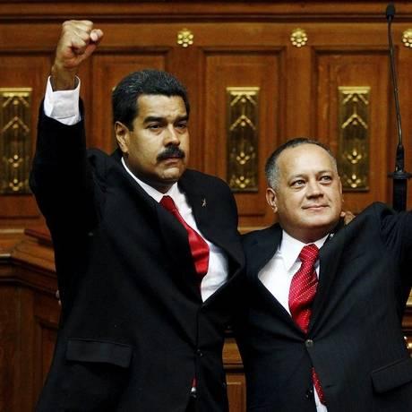Chavistas unidos. O presidente Nicolas Maduro (à esquerda) e Diosdado Cabello, em Caracas Foto: CARLOS GARCIA RAWLINS / REUTERS/19-4-2013
