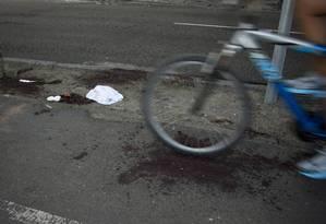 Mancha de sangue no local onde ciclista foi atacado na Lagoa Foto: Márcia Foletto / Agência O Globo