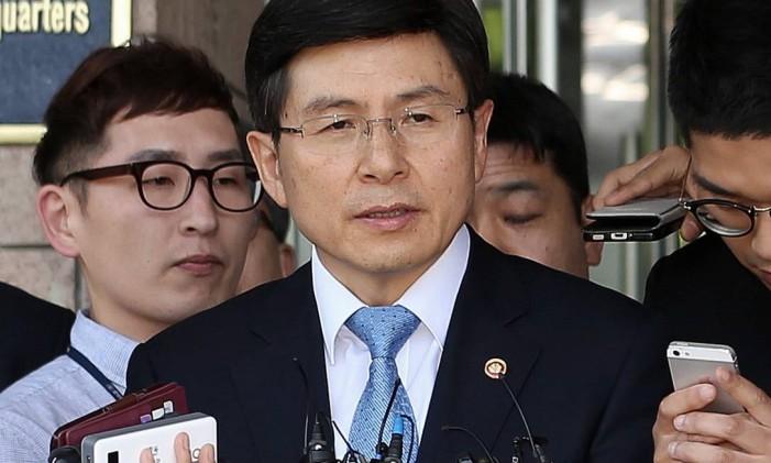 Hwang Kyo-ahn conversa com jornalistas após ser nomeado primeiro-ministro da Coreia do Sul Foto: Choi Jae-koo / AP