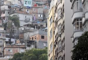 Prédios em Copacabana com vista para a favela do Cantagalo Foto: Marcos Tristão / O Globo