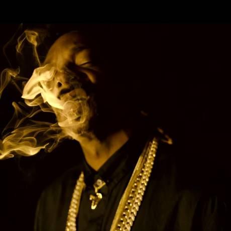 Snoop Dogg dá sua tradicional baforada no novo clipe Foto: Reprodução/YouTube