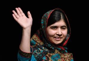 Ativista Malala Yousafzai acena para fotógrafos em Birmingham, na Inglaterra: adolescente pede ao menos 12 anos de educação gratuita para crianças Foto: AFP/ OLI SCARFF/ 10-10-2014