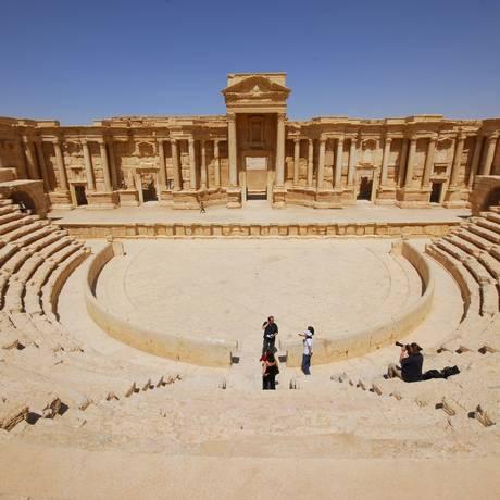 Inacabado, o teatro romano remonta ao século 2 dC, quando Palmira era um dos centros culturais mais importantes do mundo antigo. Em meados do século 20, foi restaurado e utilizado como um local para o festival anual de Palmira Foto: OMAR SANADIKI / REUTERS