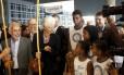 Lagarde e o berimbau durante a visita ao Complexo do Alemão