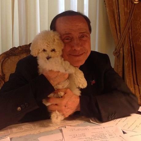 Berlusconi, duro na política e fanfarrão nas horas vagas, posa ao lado do seu cachorro Foto: Reprodução/silvioberlusconi2015