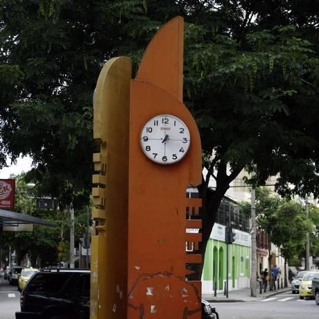 Relógio chama atenção na paisagem do Méier, mas não funciona há seis anos Foto: Agência O Globo / Luiz Ackermann