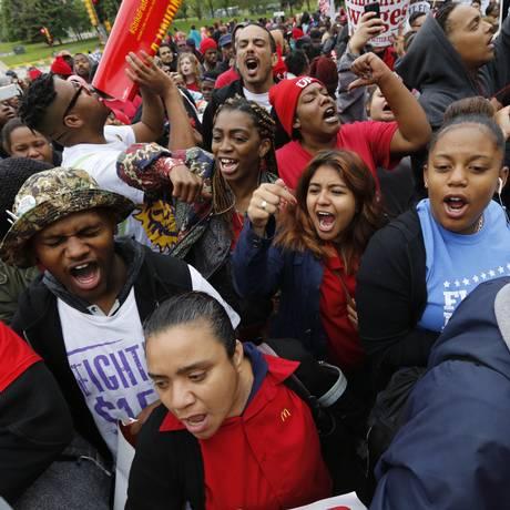 Funcionários do McDonald's protestam em frente à sede da empresa Foto: Chuck Berman / AP