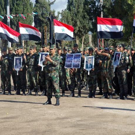 Membros do Exército Sírio. Fotos de material humanitário com o logo da ONU em base das Forças Armadas foram divulgadas por grupo de oposição Foto: - / AFP