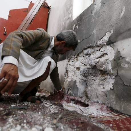 Autoridades inspecionam destruição em mesquita de Sanaa Foto: KHALED ABDULLAH / REUTERS