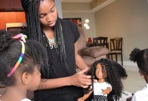 Sophia e mãe brincam com a boneca Foto: Reprodução/Kickstarter