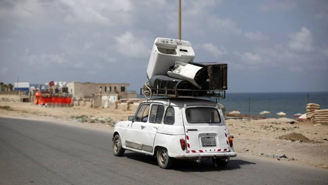 Palestinos de Gaza fazem o que é possível para sobreviver, como reaproveitar ferro velho Foto: MOHAMMED ABED / AFP