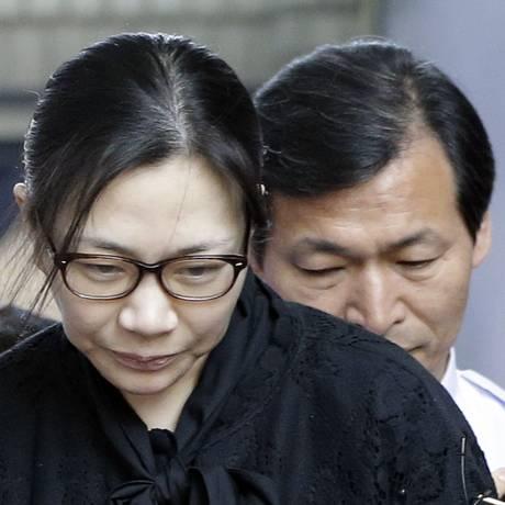 Ex-vice-presidente da Korean Air, Cho Hyun-Ah, deixa tribunal em Seul, na Coreia do Sul Foto: Lee Jin-man / AP