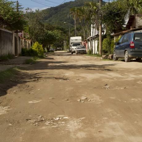 A Rua 5, em Itaipu, sem asfalto Foto: Bia Guedes / Agência O Globo