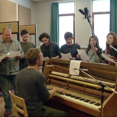 Elenco de 'Game of thrones' e integrantes do Coldplay ensaiam Foto: Reprodução/YouTube