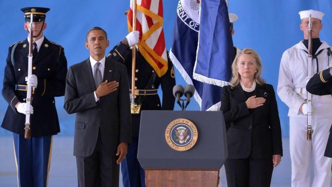 Obama e Hillary na cerimônia em memória dos mortos em Benghazi, em 2012 Foto: JEWEL SAMAD / AFP