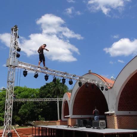 Técnicos montam o palco na Escola Superior de Arte, fundada em 1961 por Fidel Castro Foto: Divulgação