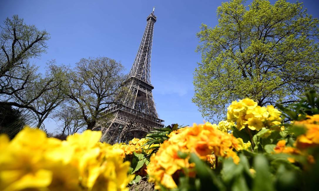 Torre Eiffel, em Paris, reabre após paralisação devido a aumento de casos de roubos e furtos contra turistas