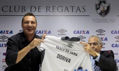 Doriva ao lado de Eurico Miranda no dia de sua apresentação como técnico do Vasco, em dezembro de 2014 Foto: Pedro Kirilos / Agência O Globo