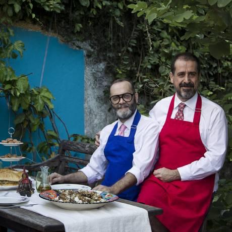 Parceria na cozinha e na vida. Marcelo Duque Estrada (de azul) e Lucas De Carli com seus quitutes Foto: Guilherme Leporace
