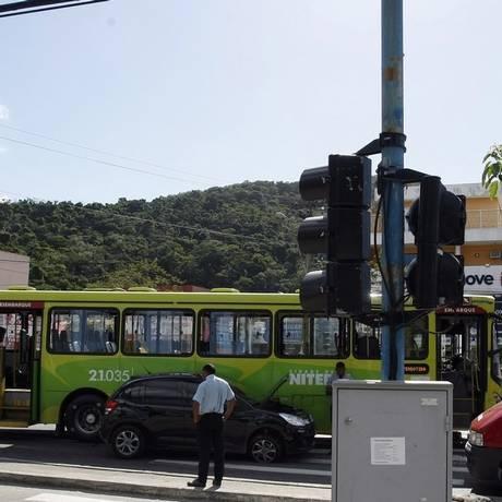 Batida entre carro e ônibus em cruzamento na Estrada Francisco da Cruz Nunes: número de pessoas com ferimentos graves no trânsito cresceu Foto: Luiz Ackermann / Agência O Globo