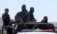 Policiais federais em Michoacán. Tiroeteio atribuído a gangues do narcotráfico deixou dezenas de mortos na região, mas autoridades estão sob investigação Foto: HECTOR GUERRERO / AFP