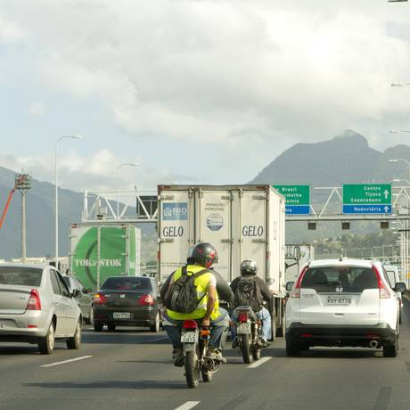 Segundo estatística da CCR Ponte, em cinco anos cresceu em 15% o tráfego de motos na Ponte Rio-Niterói, o que corresponde a 5% do total de veículos que passam pelo elevado; o volume de carros cresceu apenas 0,5% no mesmo período. Foto: Bia Guedes / Agência O Globo