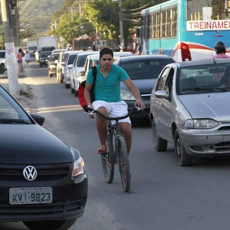 Carros, motos, ônibus e bicicletas dividem o espaço saturado na Avenida Central Foto: Marcio Alves