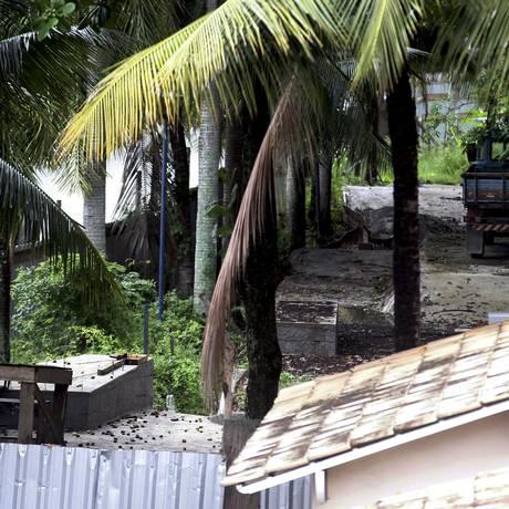 Tapumes cercam a área no fim da Estrada Leopoldo Fóes Foto: Luiz Ackermann / Agência O Globo