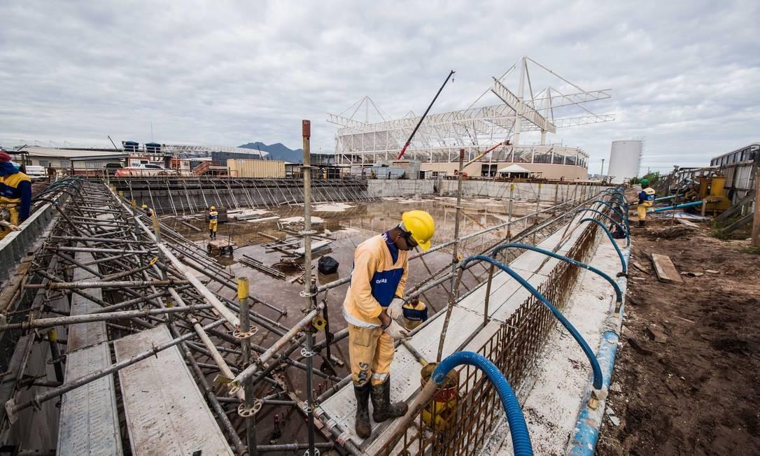 Operário trabalha nas obras do Estádio Aquático Foto: Renato Sette Camara / Prefeitura do Rio