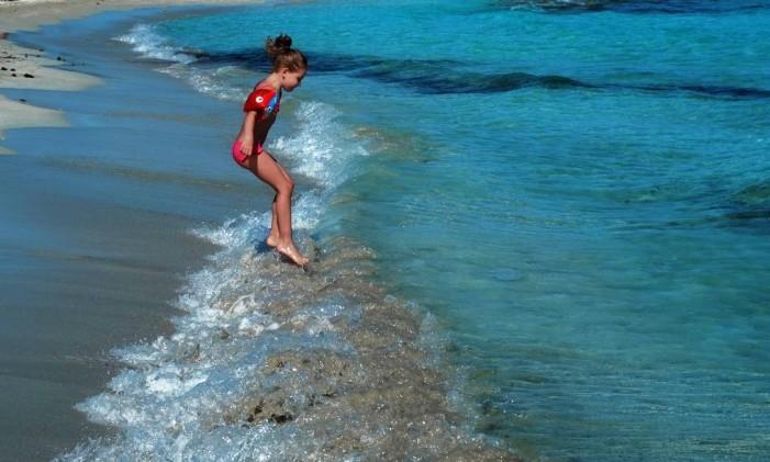 Menina brinca na praia de Ayia Napa, em Chipre. Foto: Petros Karadjias / AP