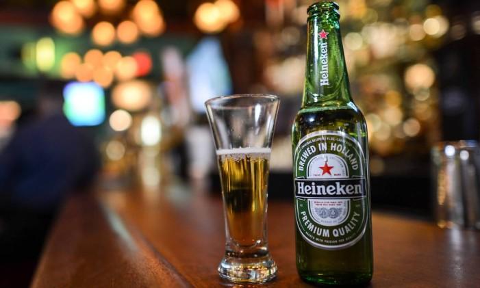 Bottle of Heineken on the bar at The Office in Ridgewood, NJ, U.S., on Wednesday, Sept. 18, 2013. Photographer: Ron Antonelli/Bloomberg *** Local Caption *** Foto: Ron Antonelli / Bloomberg