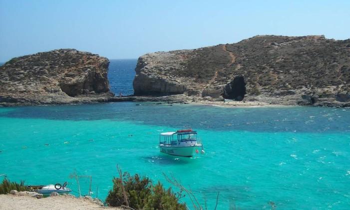 Blue Lagoon Bay entre as ilhas de Comino e Cominotto, em Malta Foto: Reprodução/Wikipedia