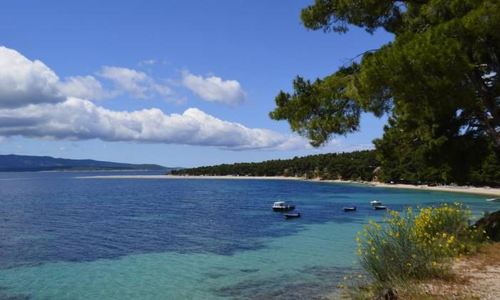 Praia de Zlatni Rat, na ilha de Brac, na Croácia Foto: Cristina Massari / O Globo